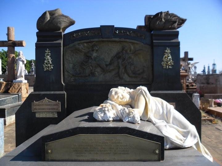 cemiterio jau tumulo da noiva.jpg
