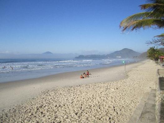 """Areia é que não falta pra """"estacionar"""" com a família em uma das inúmeras praias"""
